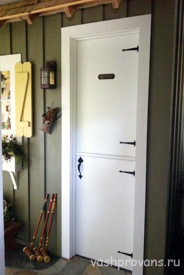 belaya-dver-provans-s-metallicheskimi
