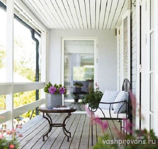 balkon-provans-svetlyy-potolok-vagon
