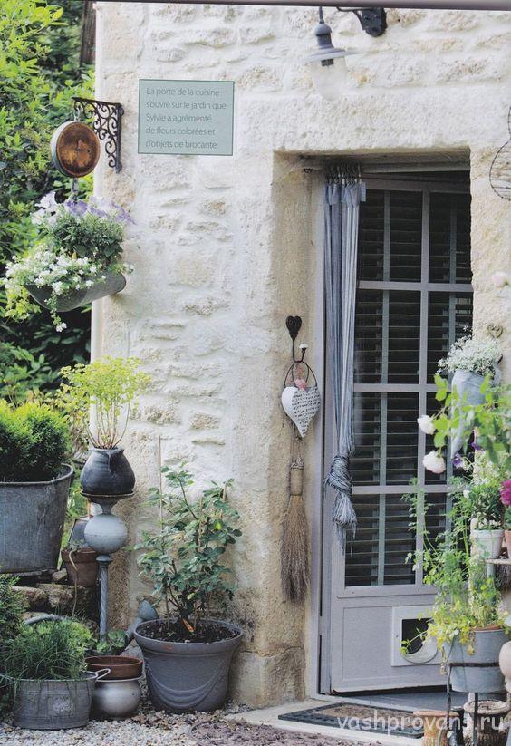 dacha-v-stile-provans-cvetnye-dveri